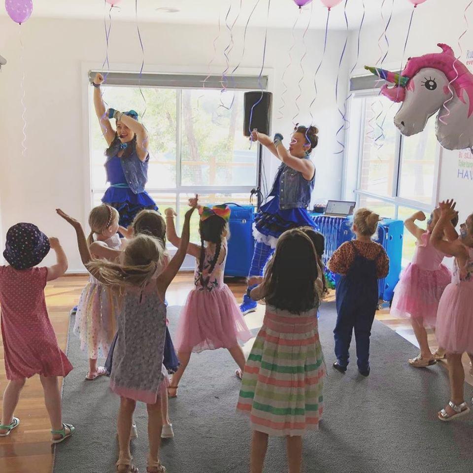 Melbourne-Face-Painting-Balloon-Twisting-Disco-Kids-Entertainer-Sash-Entertainment